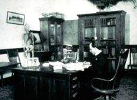 La preparazione di una lezione di Littlejohn. Fonte: National Osteopathic Archive